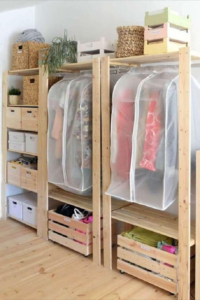 41. As capas podem ajudar a proteger as roupas que ficam expostas na arara de madeira. Fonte: Pinterest