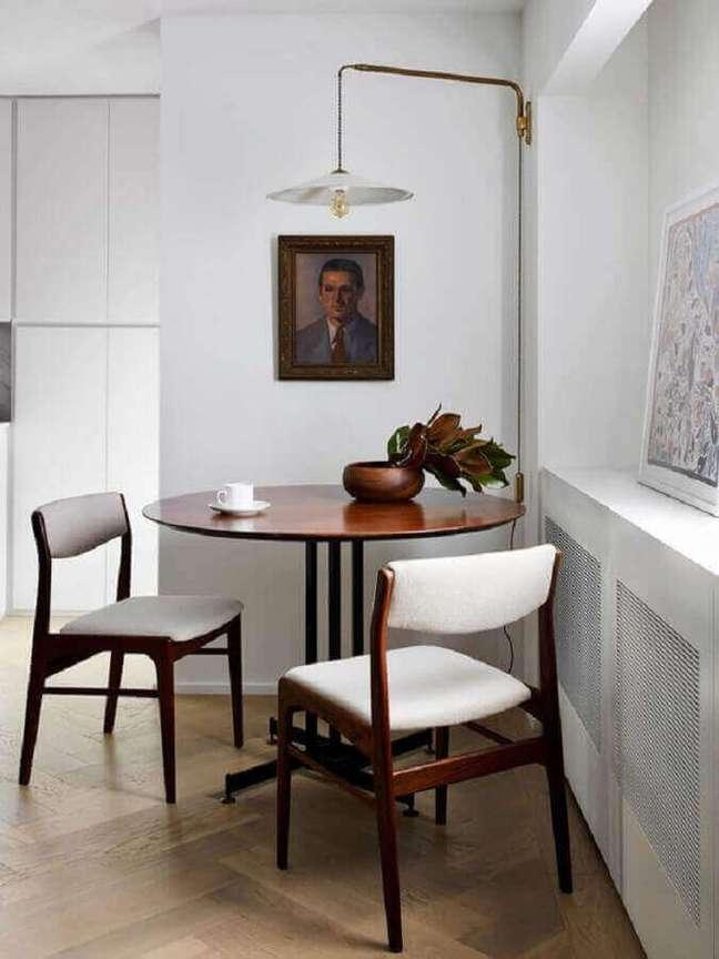 26. Decoração simples com luminária de parede para sala de jantar – Foto: Apartment Therapy