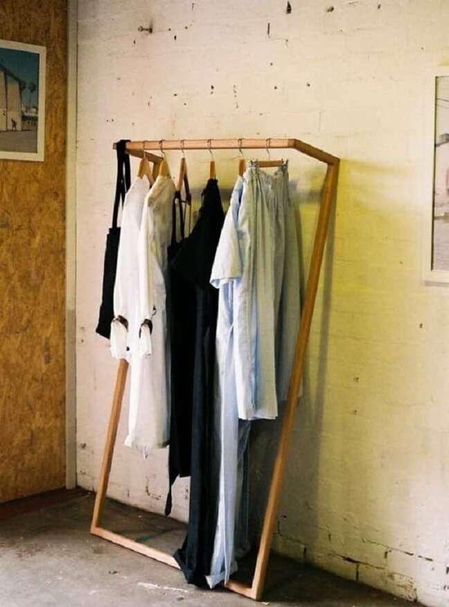 33. Arara de madeira para roupas com design minimalista. Fonte: Pinterest