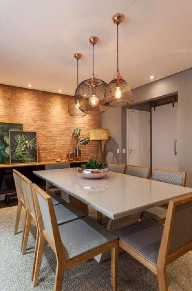 55. Luminária para sala de jantar moderna decorada com parede rústica – Foto: Jeito de Casa