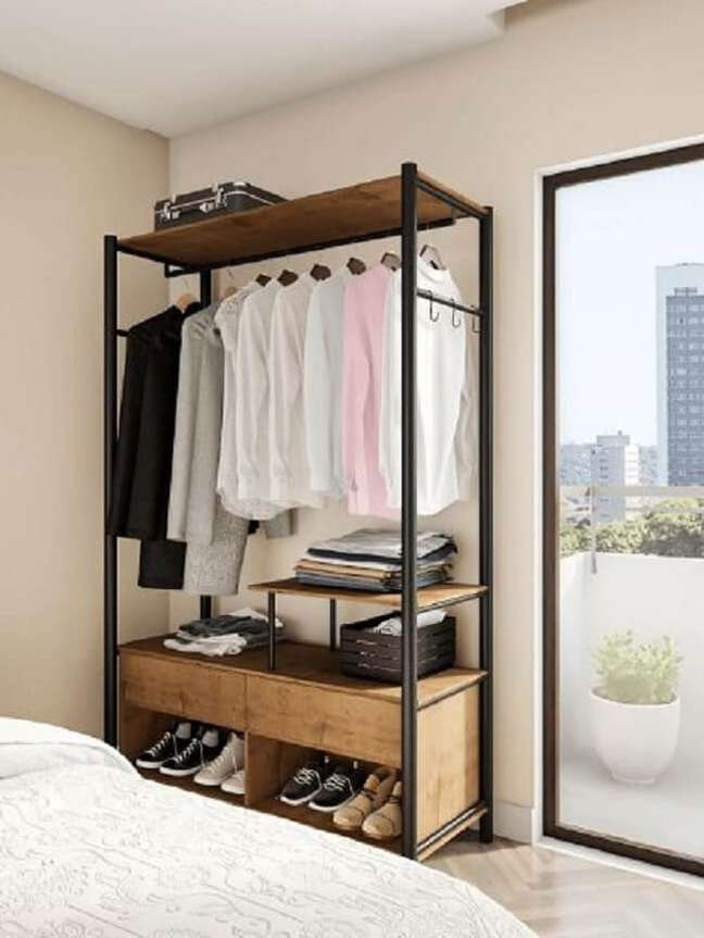 4. Mantenha o quarto organizado com a arara de madeira com gaveta. Fonte: Pinterest