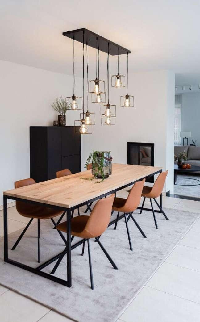 38. Luminária de teto para sala de jantar simples decorada com tapete cinza claro – Foto: Home Fashion Trend