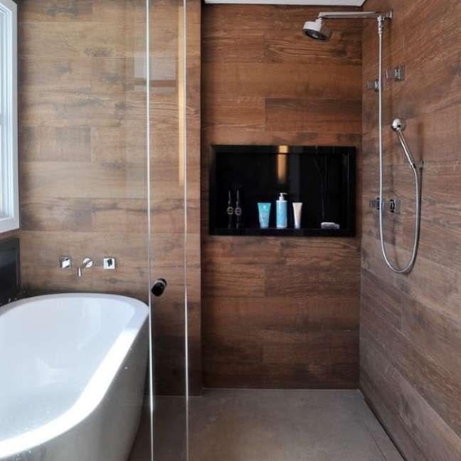 62. Nicho de embutir para banheiro amadeirado e preto – Foto Gian Carlo Filgueiras
