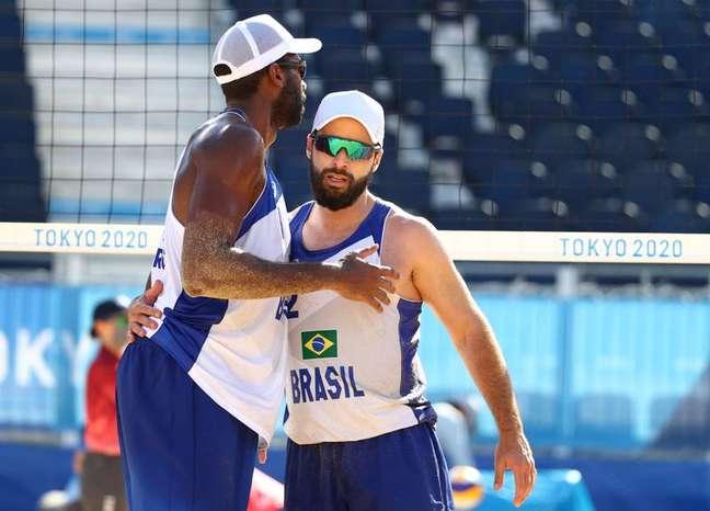 Evandro e Bruno Schmidt durante torneio de vôlei de praia da Tóquio 2020 27/07/2021 REUTERS/Pilar Olivares