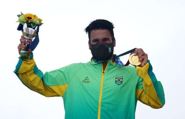 Ítalo Ferreira na cerimônia de premiação após conquistar a medalha de ouro no surfe durante  Olimpíada Tóquio 2020 27/07/2021 REUTERS/Lisi Niesner