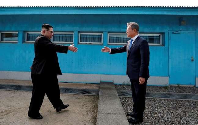Líder norte-coreano Kim Jong Un e presidente da Coreia do Sul, Moon Jae-in se cumprimentam em vila na zona desmilitarizada entre os dois países 27/04/2018 Korea Summit Press Pool/Pool via Reuters