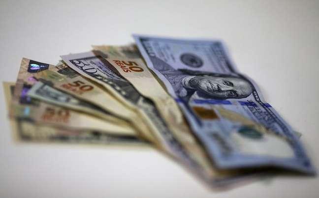Notas de dólar e real REUTERS/Ricardo Moraes