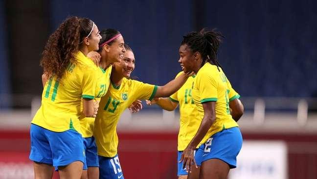 Andressa Alves comemora com jogadoras do Brasil gol marcado contra a Zâmbia na Olimpíada de Tóquio 2020 27/07/2021 REUTERS/Molly Darlington