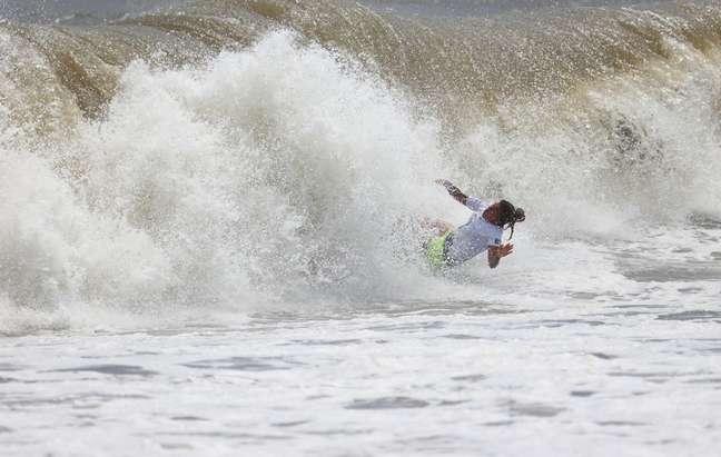 Silvana Lima sofre uma queda durante a sua participação nas quartas de final do surfe