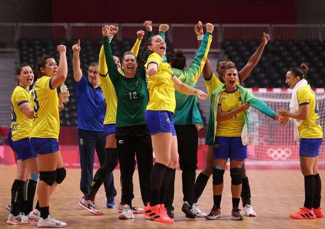 Brasileiras comemoram o triunfo sobre a Hungria no handebol feminino