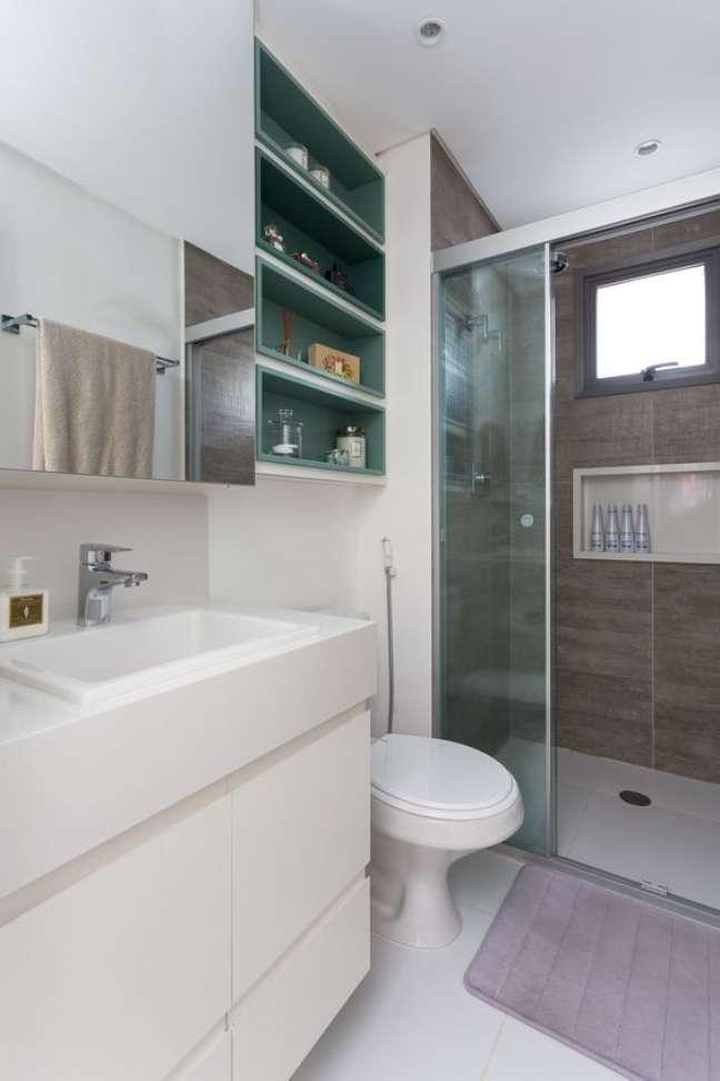 13. Nicho de embutir para banheiro com revestimento amadeirado – Foto Studio Tangram