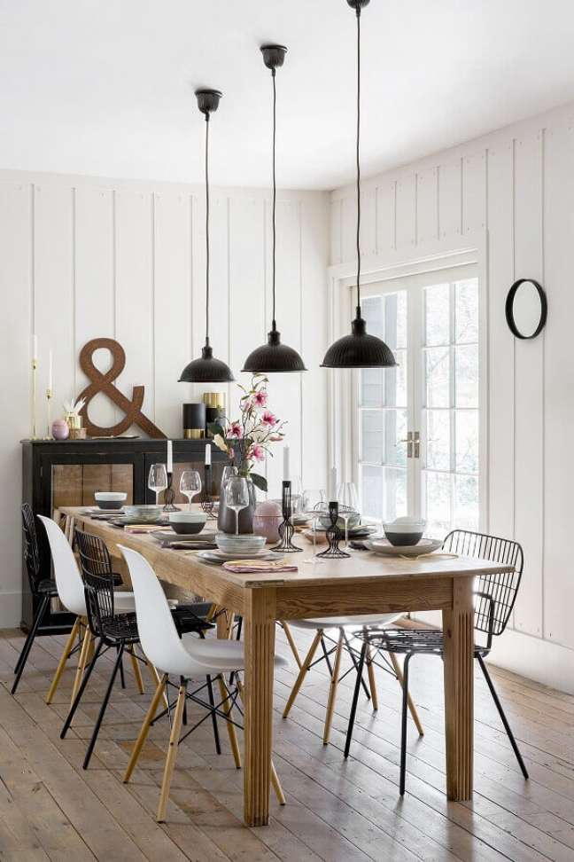 45. Luminária para sala de jantar branca simples decorada com mesa de madeira – Foto: Pinterest