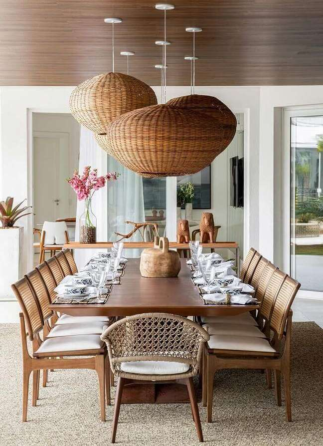 23. Decoração em cores neutras com luminária rústica para sala de jantar – Foto: Casa de Valentina
