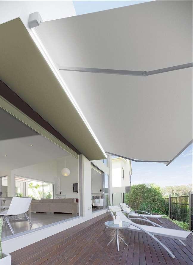 13. Toldo para varanda branca com espreguiçadeira móveis brancos – Foto Architectura