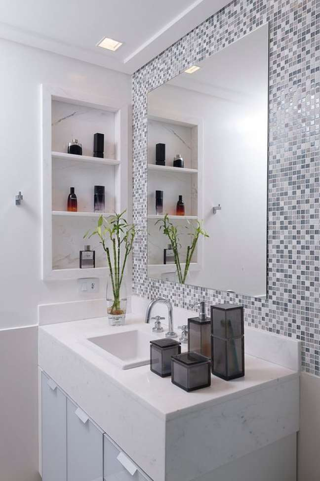 4. Nicho de embutir para banheiro com pastilhas ao redor do espelho – Foto Arkpad