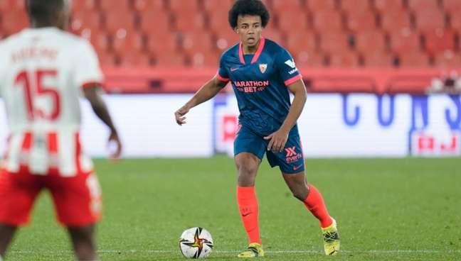 Koundé está na mira do Chelsea para a próxima temporada (Foto: Divulgação / Site oficial do Sevilla)