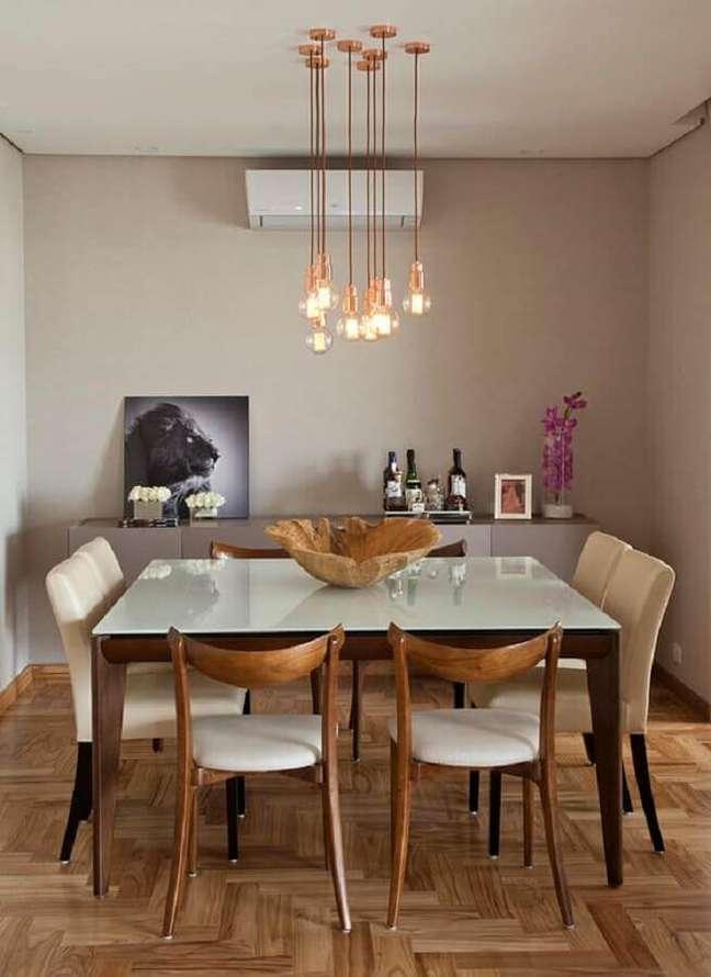 49. Luminária para sala de jantar decorada com mesa quadrada – Foto: Casa de Valentina