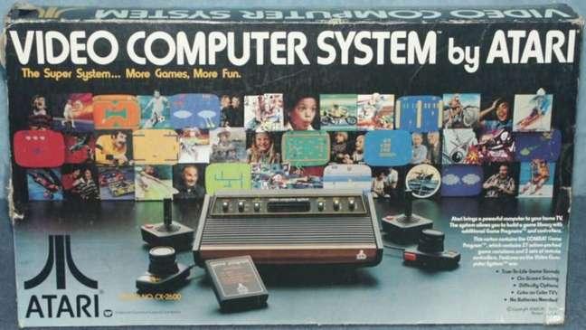 Caixa do modelo original do Atari 2600, ainda conhecido como Video Computer System (VCS), com os 6 switches ao invés de 4, lançado em 1977 nos EUA (