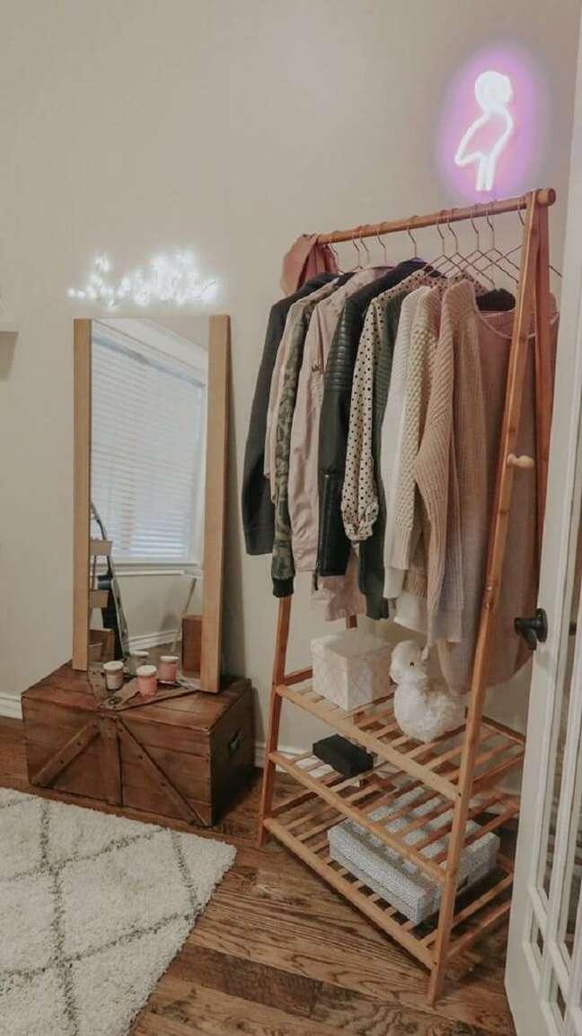 25. Arara de madeira e caixotes se complementam em uma decoração de quarto rústica. Fonte: Pinterest