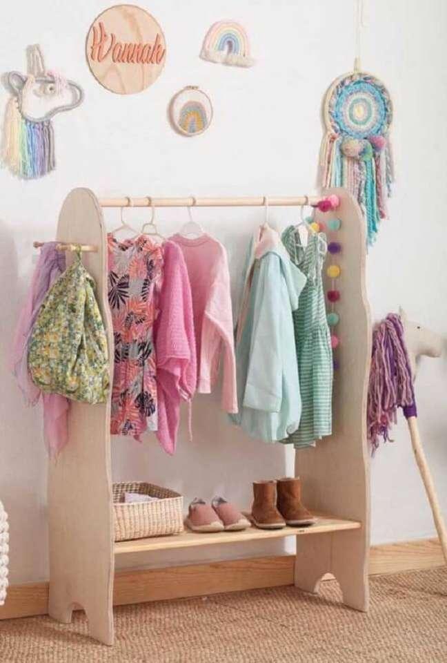 32. Arara de madeira para quarto infantil com design criativo. Fonte: Pinterest