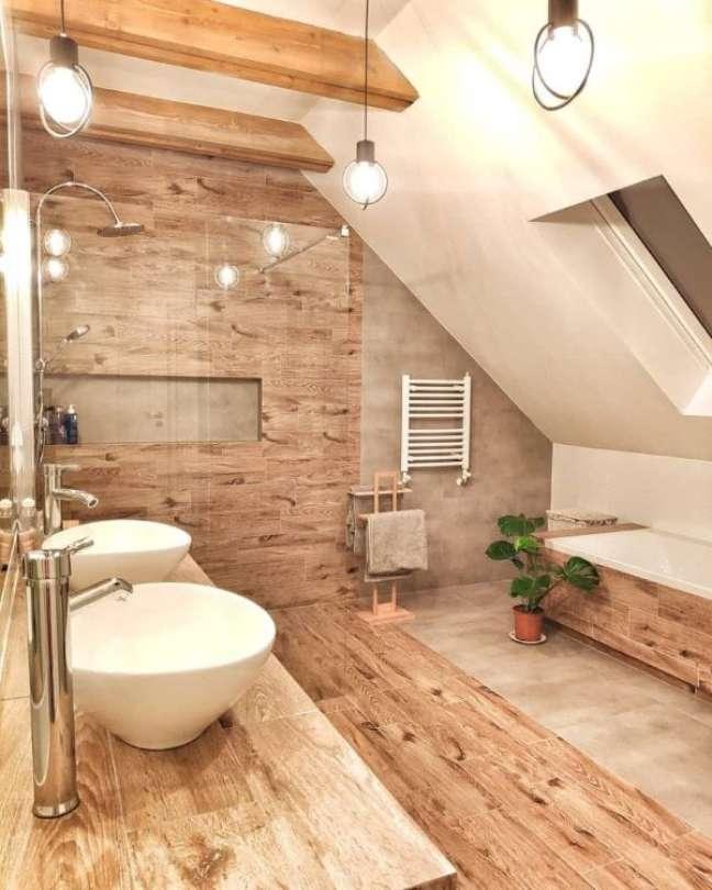 49. Banheiro com revestimento amadeirado – Foto Pinterest