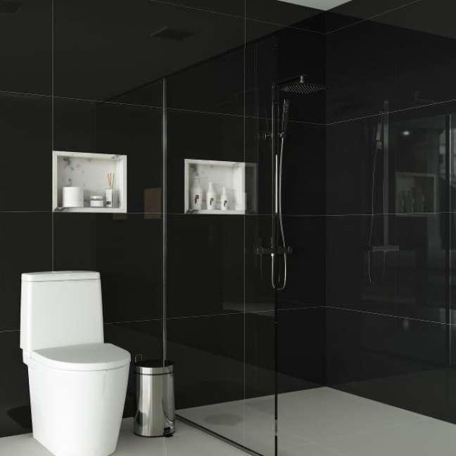 21. Nicho de embutir para banheiro feito com porcelanato preto e decoração branca – Foto Pinterest
