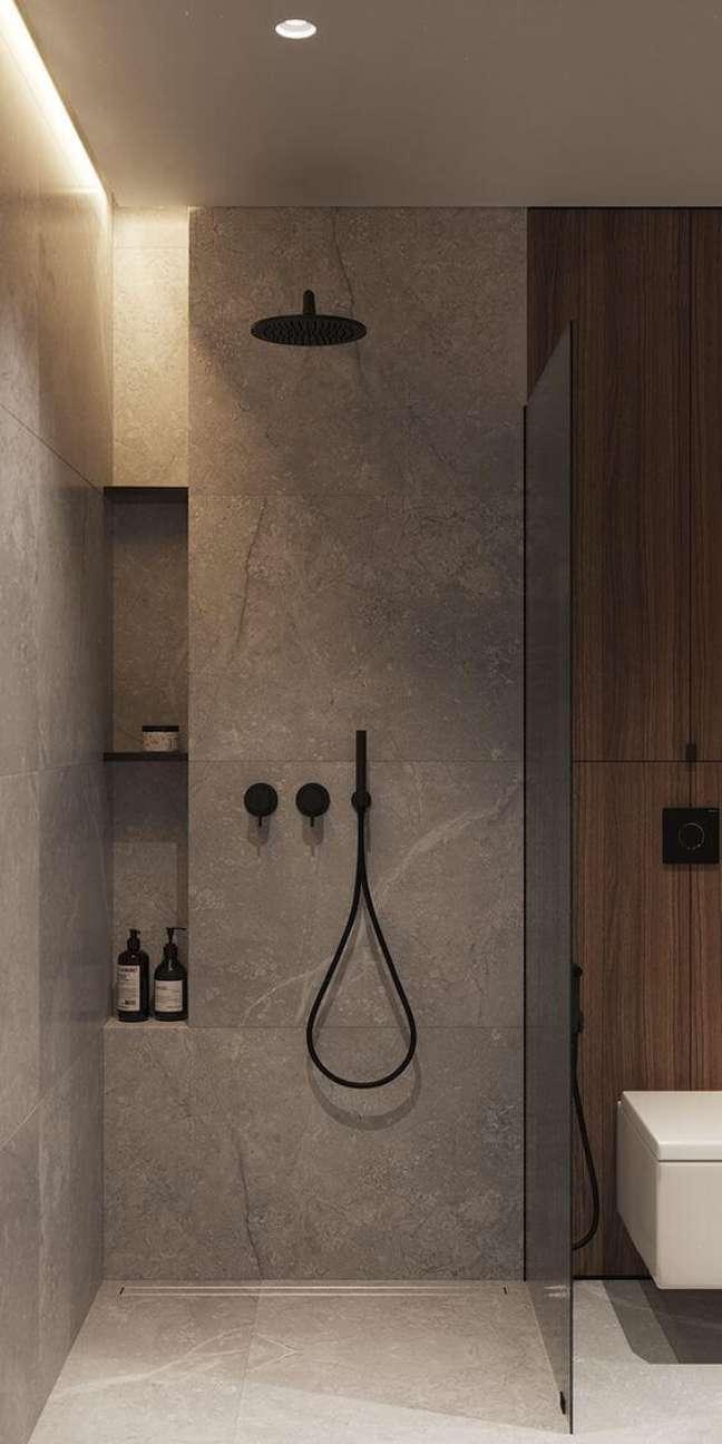 71. Decoração com nicho de embutir para banheiro com chuveiro preto – Foto Pinterest