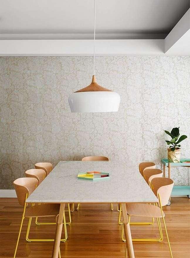14. Decoração clean com luminária de teto para sala de jantar com cadeiras de madeira – Foto: Pinterest