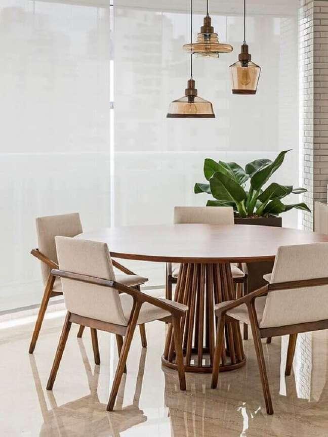 47. Luminária para sala de jantar clean decorada com conjunto de mesa e cadeiras de madeira – Foto: Casa de Valentina
