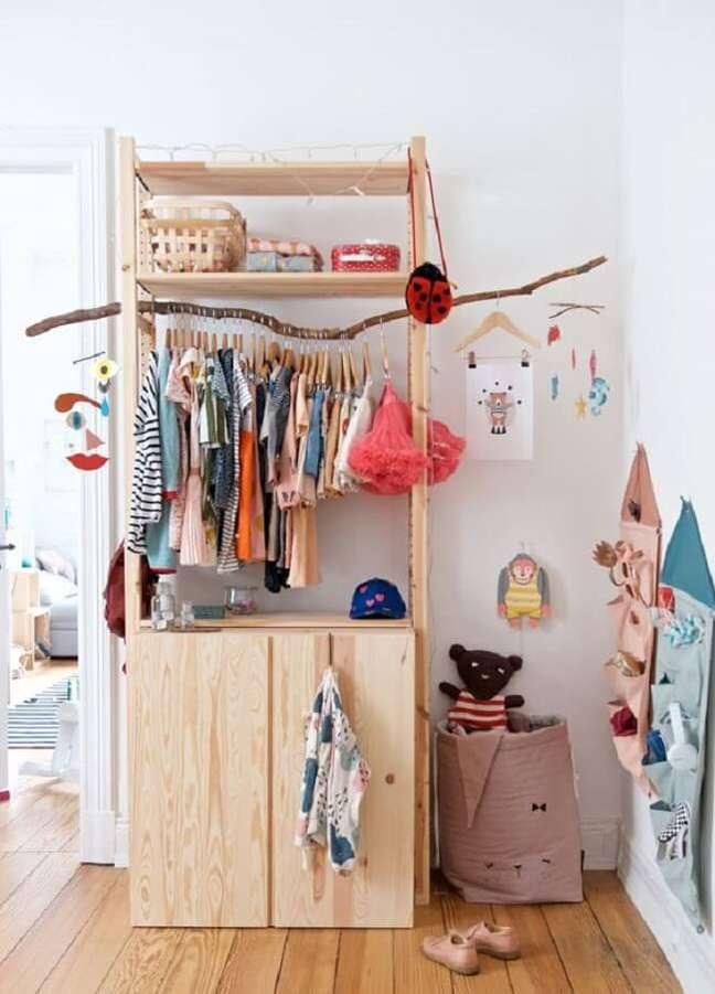 49. Modelo de arara de madeira para quarto infantil. Fonte: Pinterest