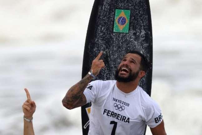 Italo Ferreira se tornou o primeiro campeão olímpico da história do surfe (YUKI IWAMURA/AFP)