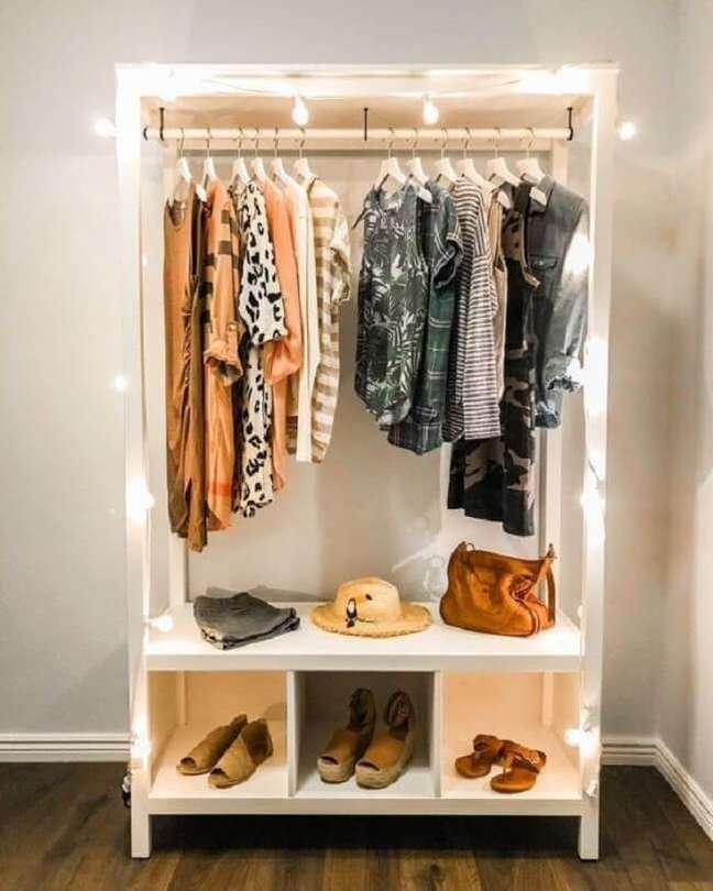 61. Que tal deixar sua arara de madeira para roupas iluminada? Fonte: Pinterest