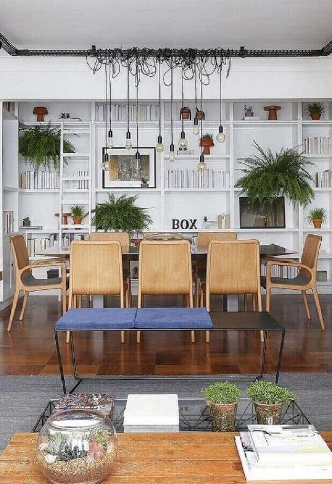 51. Luminária para sala de jantar grande decorada com estante de nichos branca – Foto: Jeito de Casa
