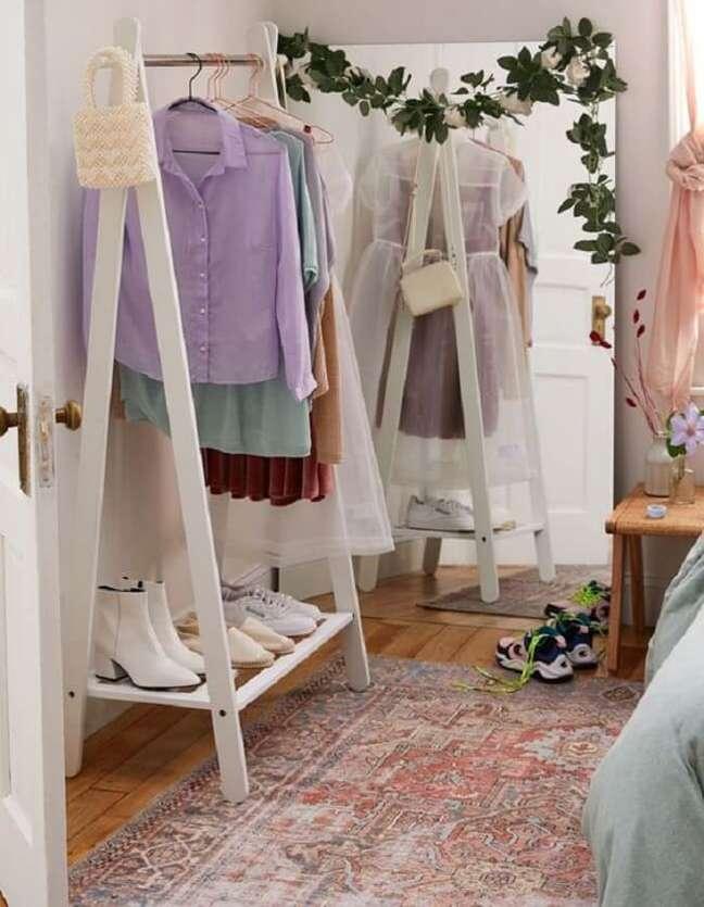 59. Procure posicionar um espelho ao lado da arara de madeira, assim será mais fácil formar os looks. Fonte: Pinterest