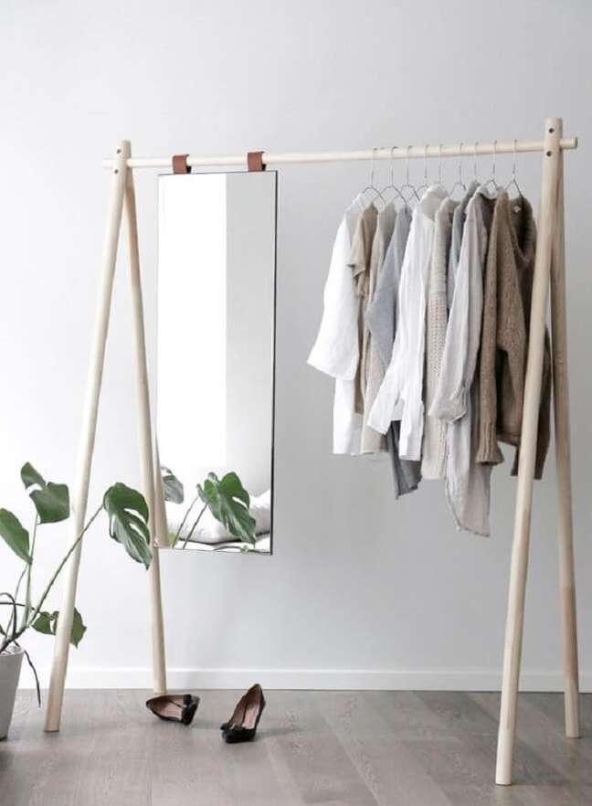 3. Arara de madeira simples com espelho. Fonte: Pinterest