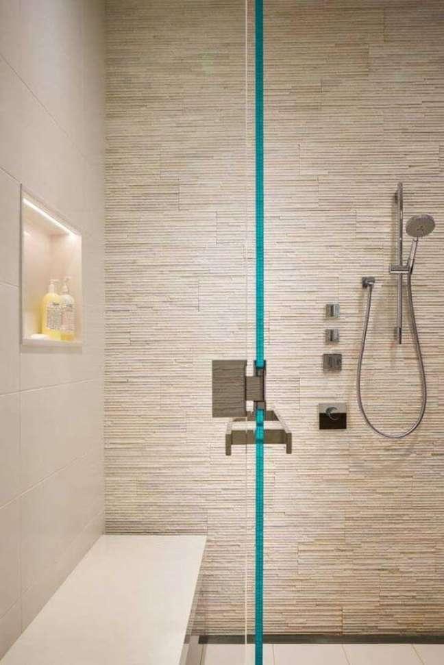 42. Banheiro com revestimento bege de pedra canjiquinha e nicho de embutir na outra parede – Foto Pinterest
