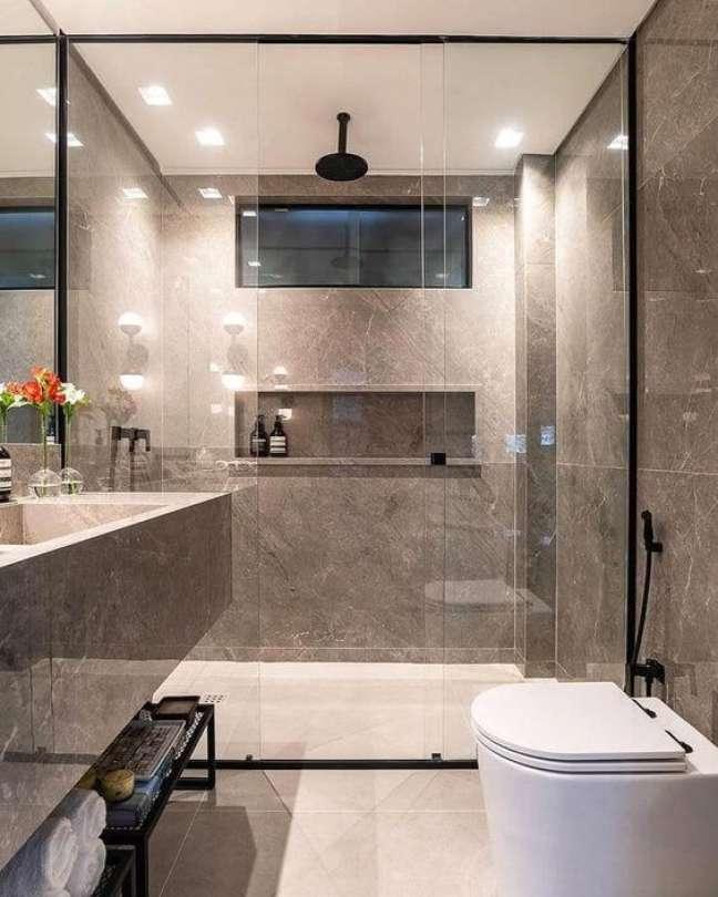 10. Nicho de embutir para banheiro com porcelanato bege e cinza – Foto Pinterest