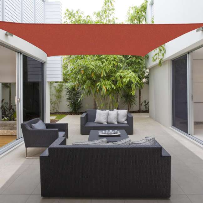 42. Toldo vela para varanda vermelha com sofás e poltronas pretas – Fotos Bigshop