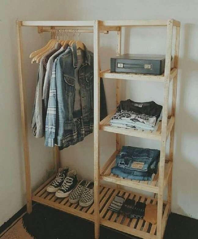 39. Arara de roupas de madeira com nichos laterais. Fonte: Pinterest