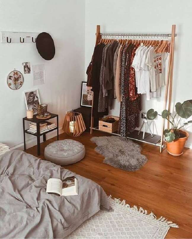 58. Os cabides de madeira realçam ainda mais a beleza da arara de madeira no quarto. Fonte: Pinterest