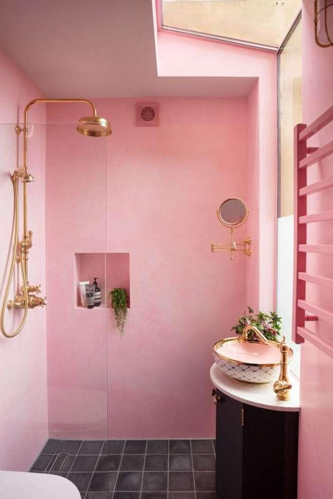 51. Banheiro rosa com nicho de embutir na parede e metais em rose gold – Foto Showercap