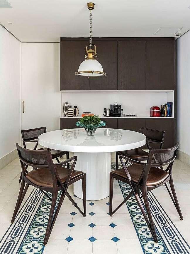 21. Decoração com luminária para sala de jantar preta e branca – Foto: Casa de Valentina