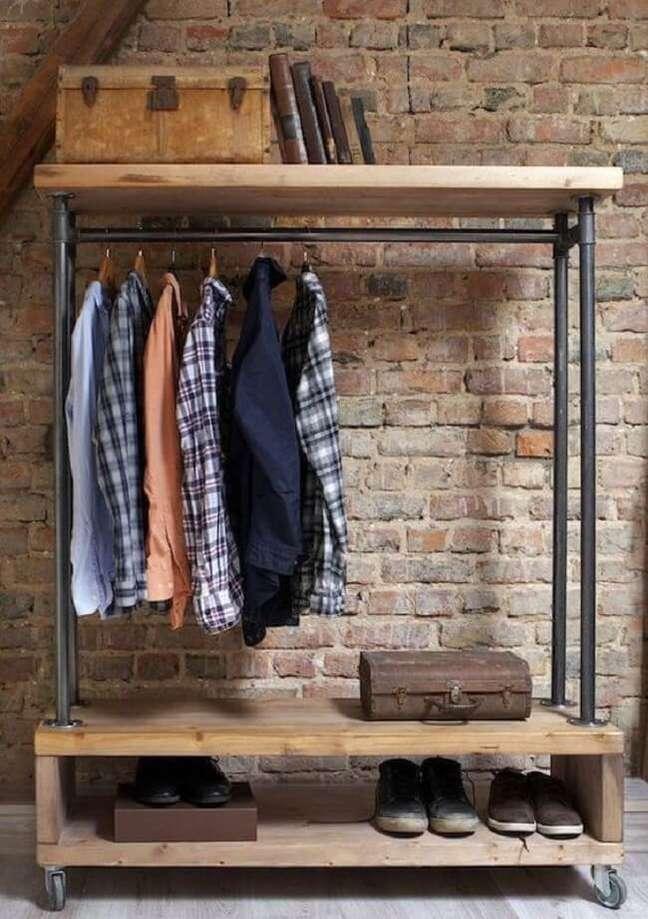 10. A arara de madeira com rodízios permite a mobilidade do móvel no cômodo. Fonte: Pinterest