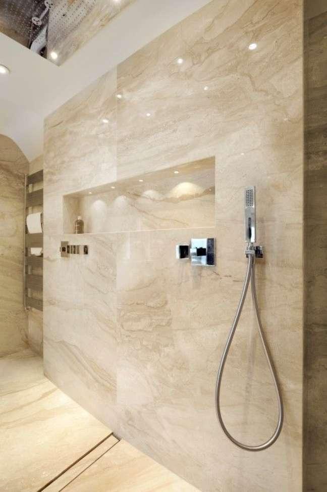 46. Banheiro marmorizado com nicho embutido – Foto Pinterest