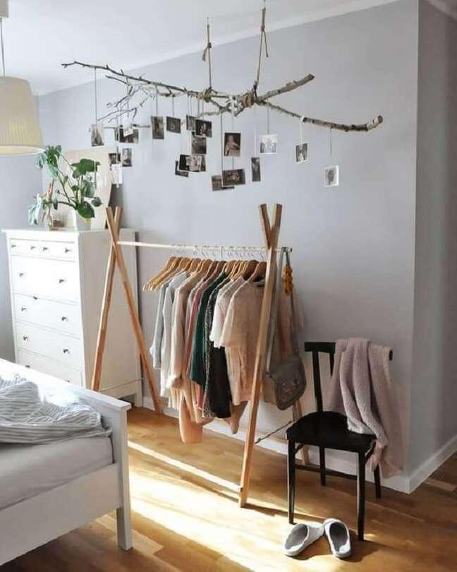 26. Arara de madeira e fotos suspensas em galhos deixam a decoração ainda mais divertida. Fonte: Pinterest