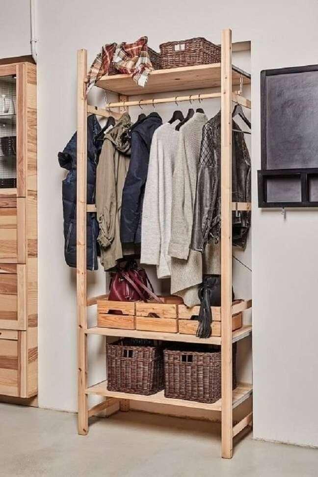 63. Use a arara de madeira para roupas pesadas de frio. Fonte: Pinterest