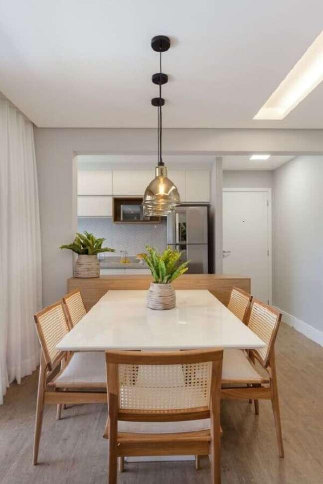40. Luminária de vidro para sala de jantar clean integrada com cozinha americana – Foto: Histórias de Casa
