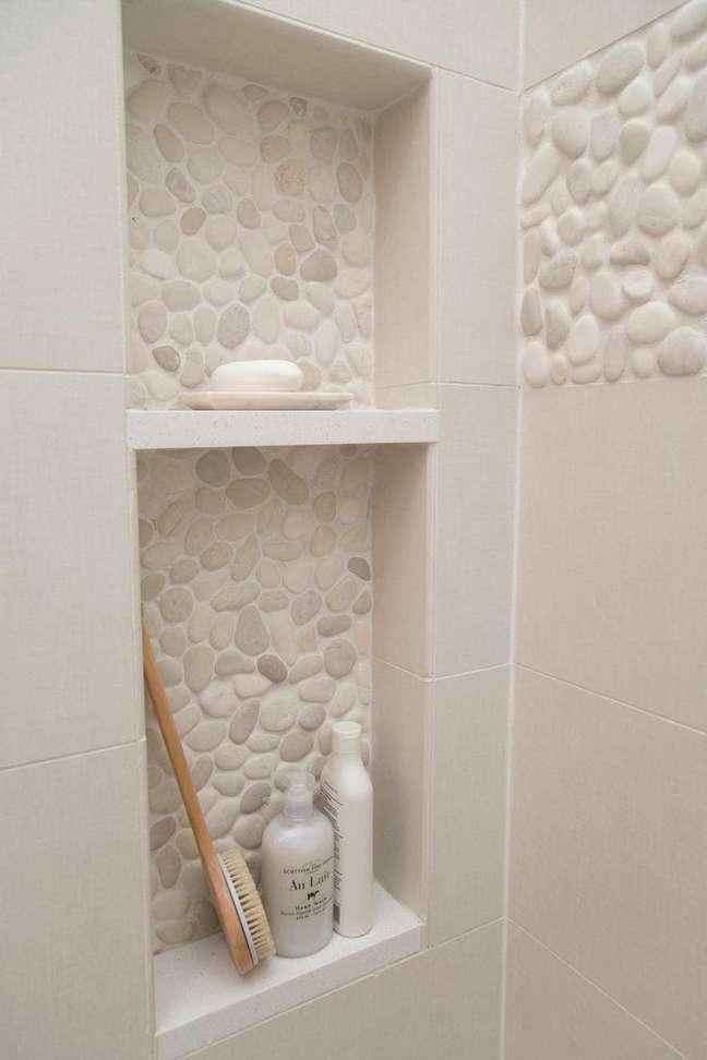 14. Nicho de embutir para banheiro com revestimento de pedra – Foto Pinterest
