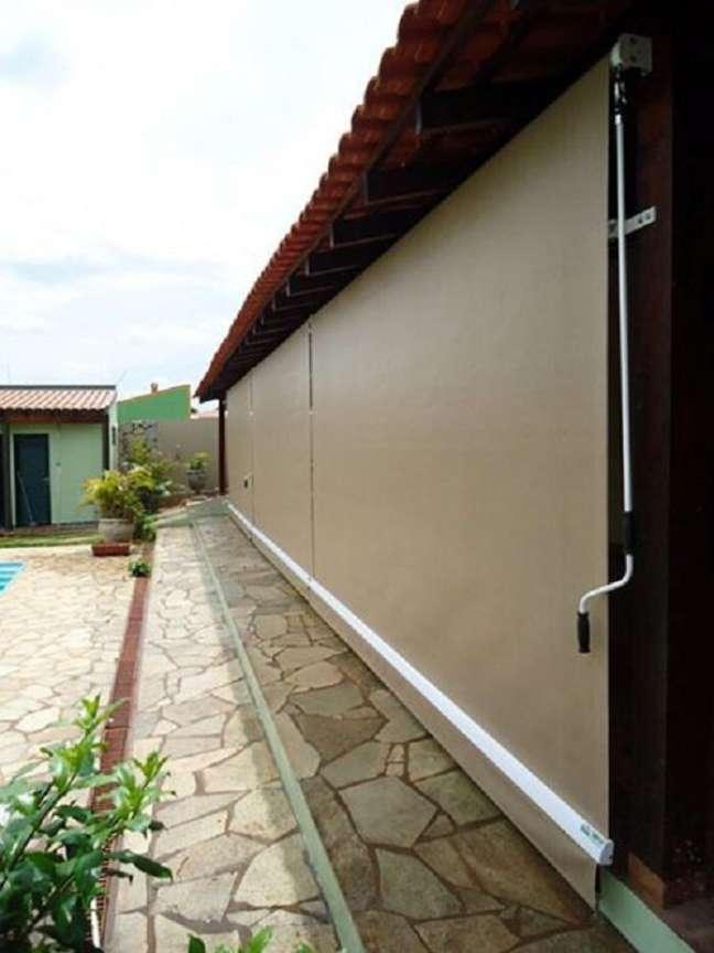 44. Toldo vertical para varanda na cor marrom com piscina perto – Foto Artlux cortias