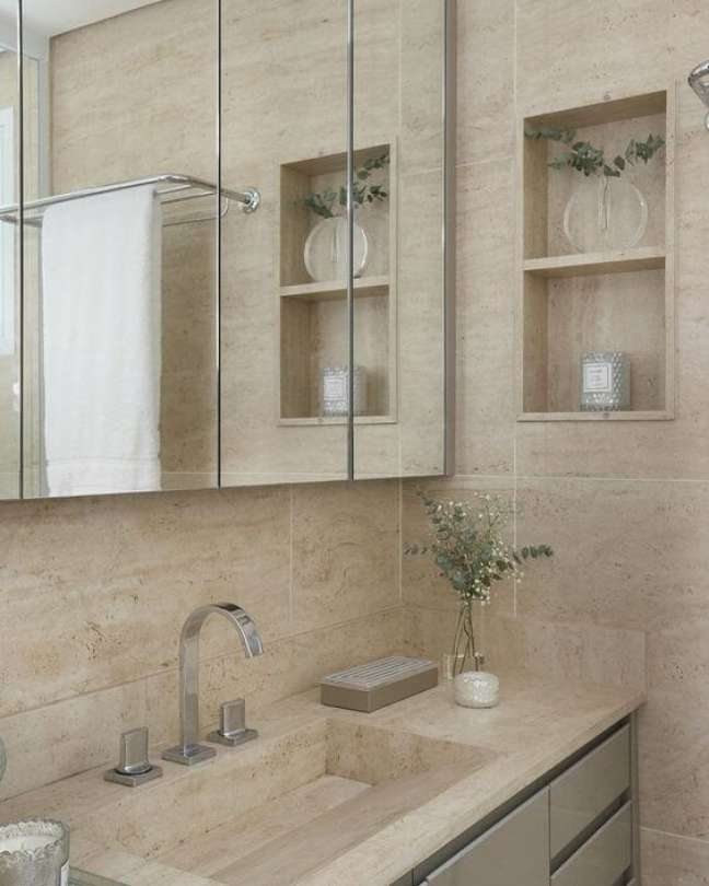 43. Banheiro com revestimento bege e nicho de embutir perto da espelheira – Foto Pinterest